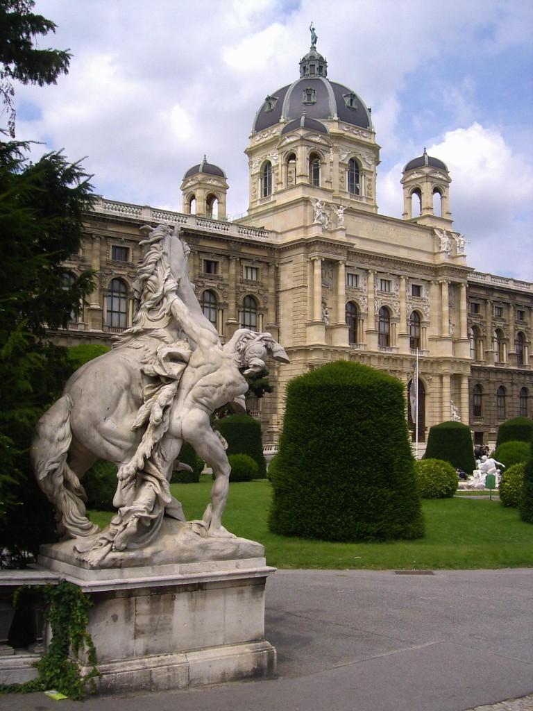 PIC01714 - Statua e Palazzo MAria Theresien Platz