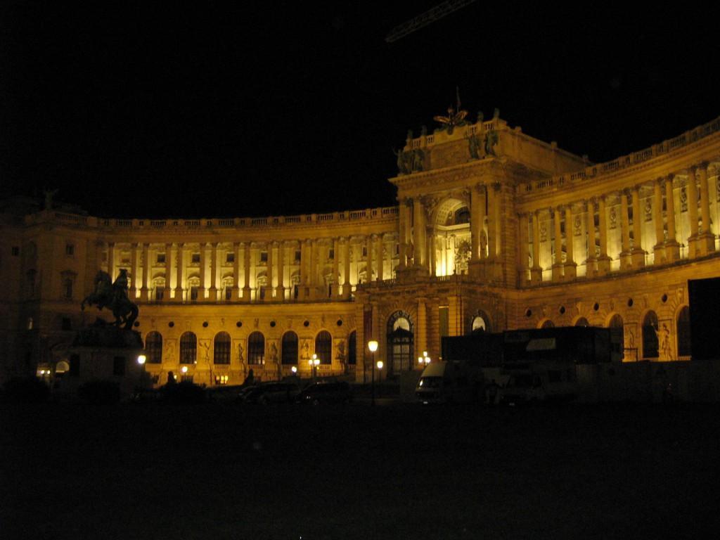 fra 154 - Heldenplatz by night